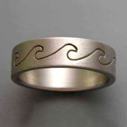 Bands 3-10: Grooved wave pattern in white gold